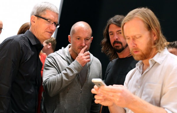 Tim Cook, Jony Ive e Foo Fighters
