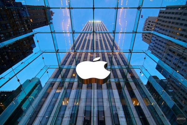 Logo da Apple visto de baixo pra cima