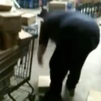 Vídeo de iPads sendo arremessados em estoque do Walmart (miniatura)