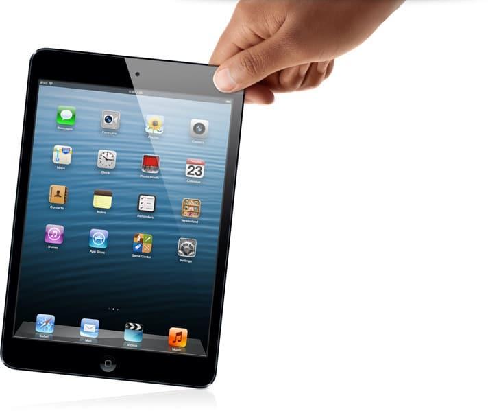 iPad mini preto segurado por uma mão