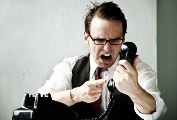 Pessoa irritada com o telefone
