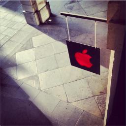 Apple Store decorada para o Dia Mundial da AIDS