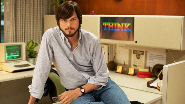 "Ashton Kutcher interpretando Steve Jobs no filme ""jOBS"""