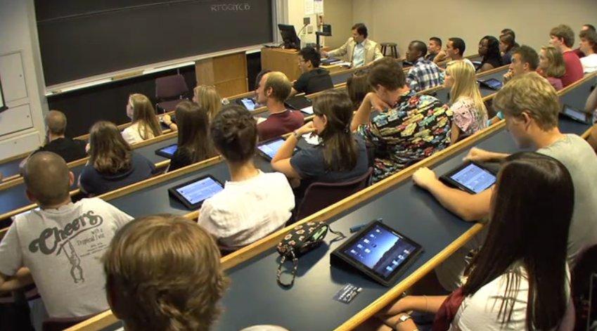Alunos de universidade com iPads