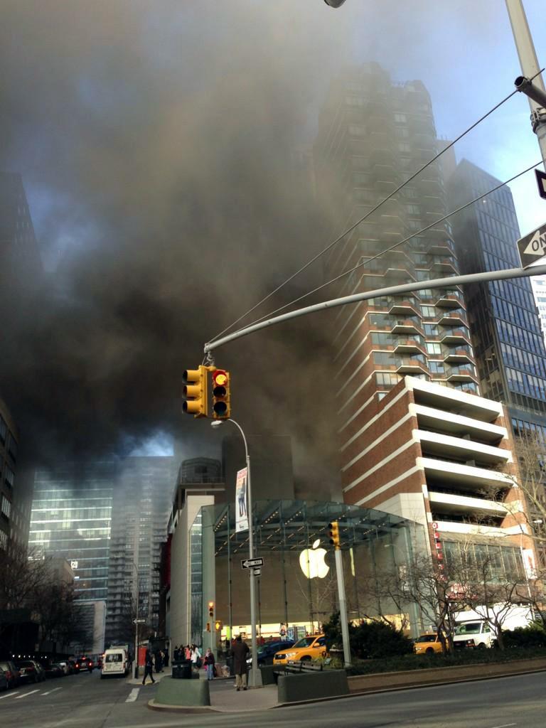 Prédio pegando fogo ao lado de Apple Retail Store