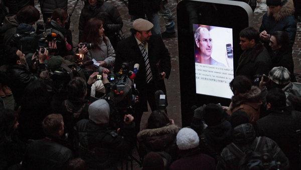 iPhone gigante em homenagem a Steve Jobs
