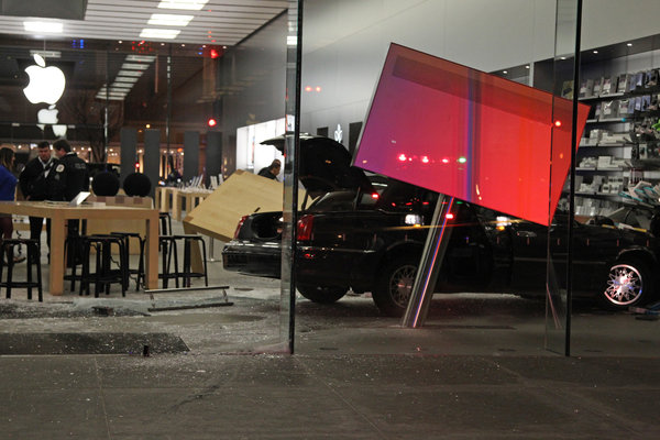 Carro invade loja da Apple Store, Lincoln Park