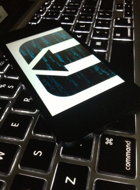 evasi0n num iPhone em cima de um teclado