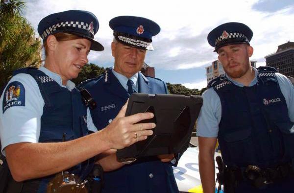 Policiais neo-zelandezes com tablet
