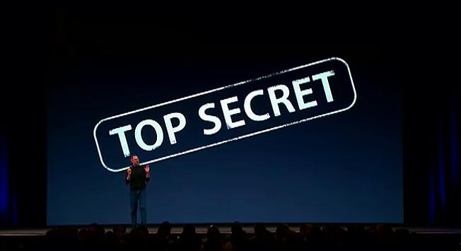 """Steve Jobs no palco com um """"top secret"""" ao fundo"""
