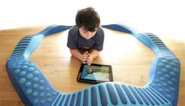 Criança com autismo usando um iPad