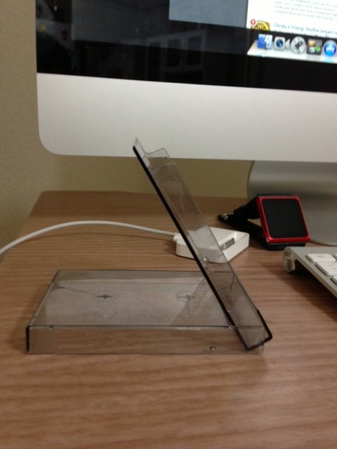 Dock para iPhone feito com uma caixa de fita cassete