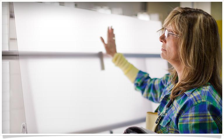 Trabalhador verificando o vidro que será usado em iGadgets
