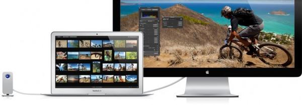 MacBook Air e Thunderbolt Display ligados a um HDD via Thunderbolt