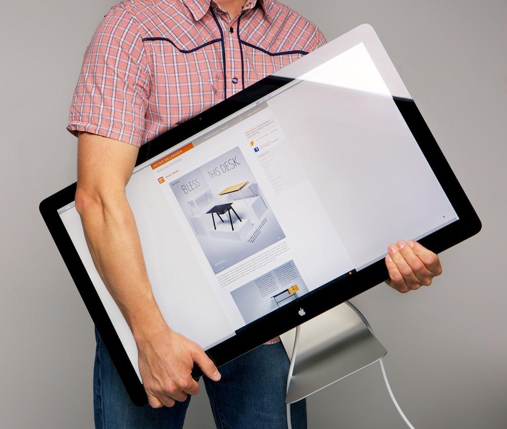 Peter Belanger segurando um display da Apple