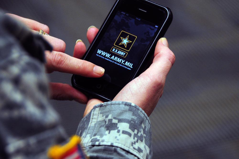 iPhone sendo usado por uma militar