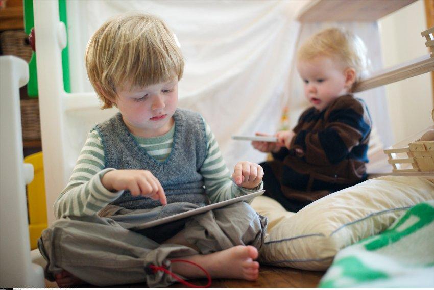Crianças aprendendo com iPads