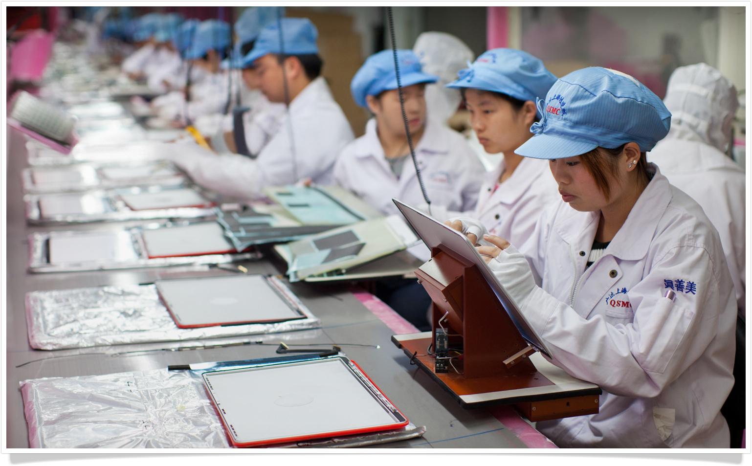 Trabalhadores numa fábrica de uma parceira da Apple
