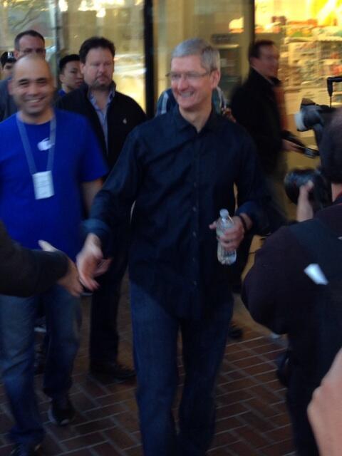 Tim Cook acompanhando a fila de iPhones em Palo Alto