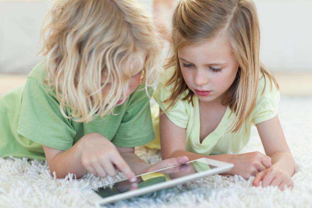 Crianças brincando com um iPad