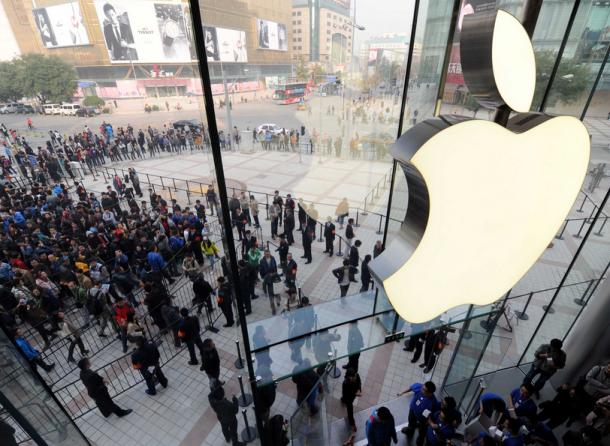 Logo da Apple visto por dentro de uma loja
