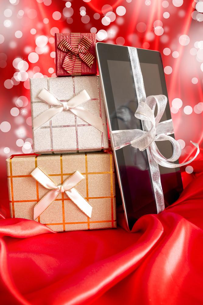 iPad ao lado de presentes de Natal