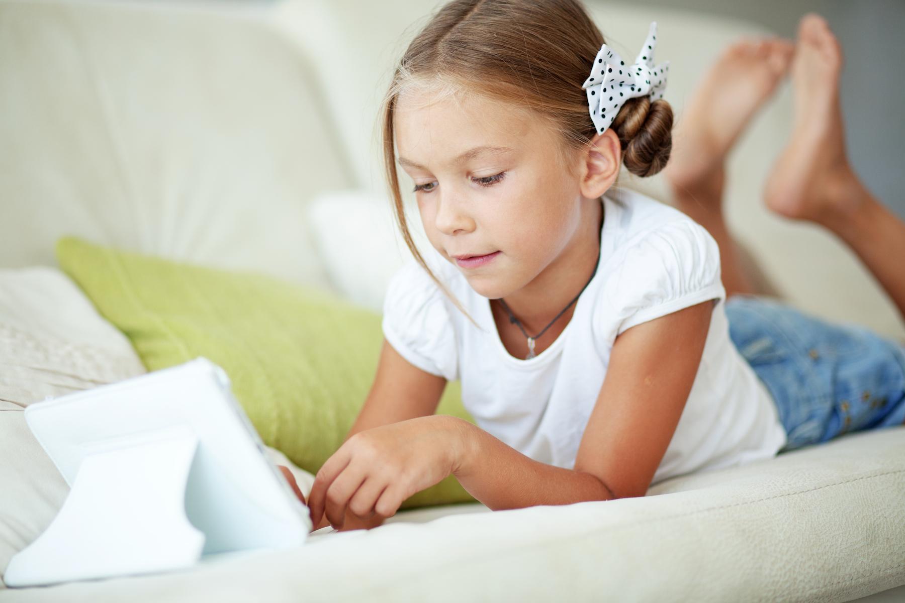 Criança mexendo num iPad