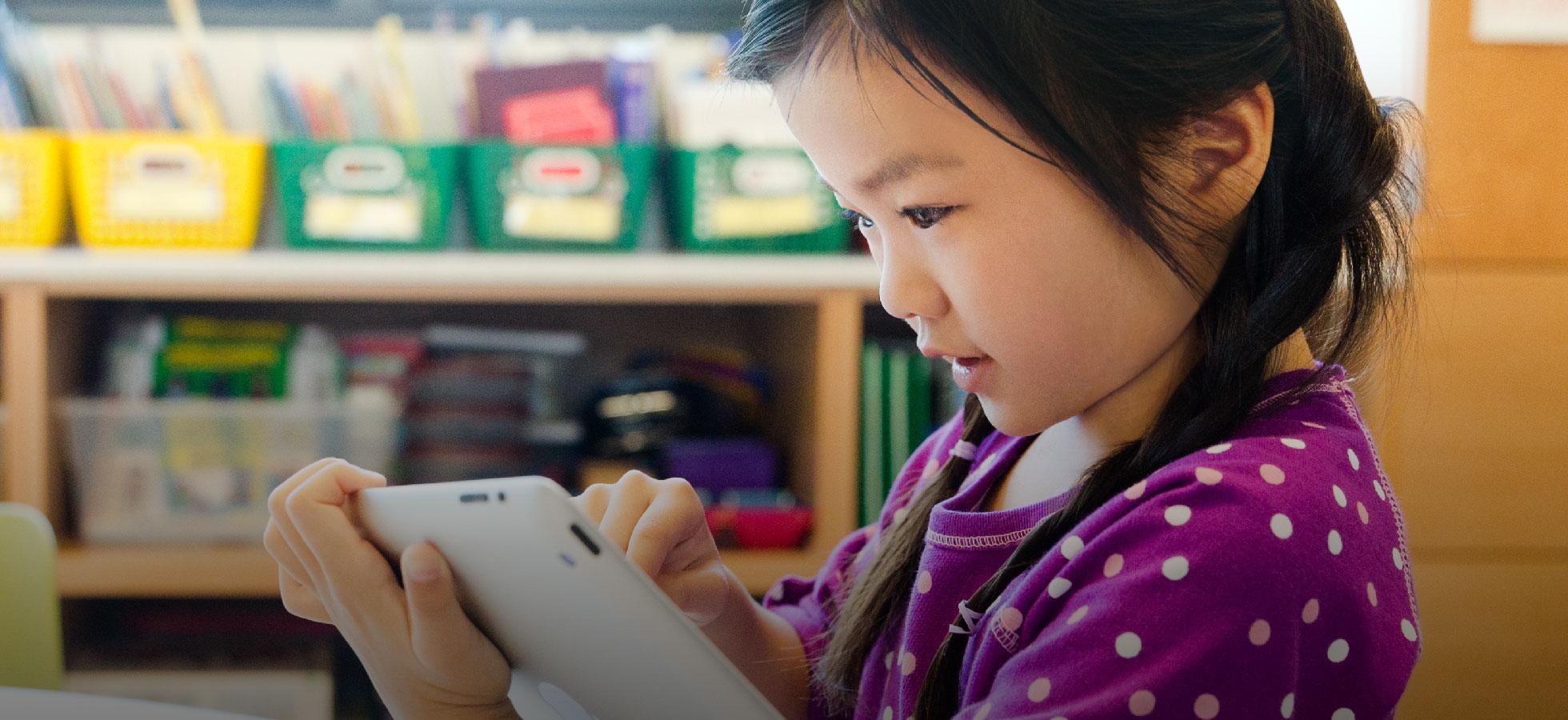 Criança com iPad