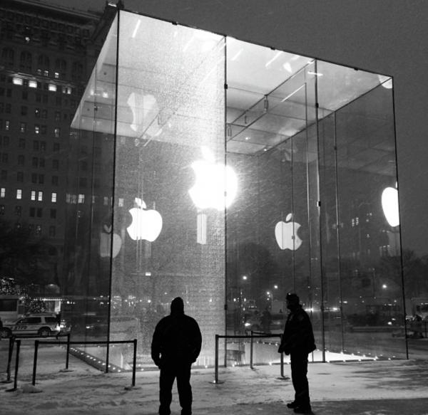 Painel de vidro quebrado na loja da Apple na Quinta Avenida