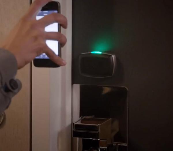 iPhone sendo utilizado como chave