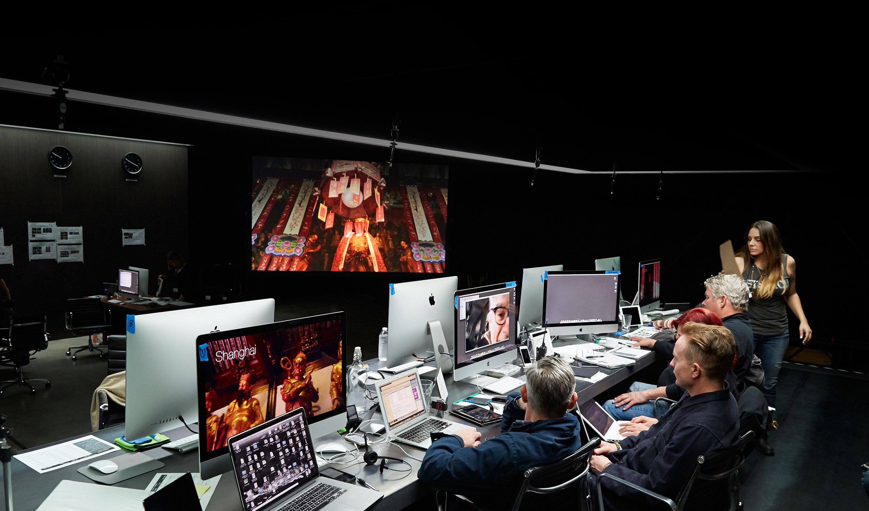 Arsenal de Macs sendo usados para editar o vídeo dos 30 anos do Macintosh