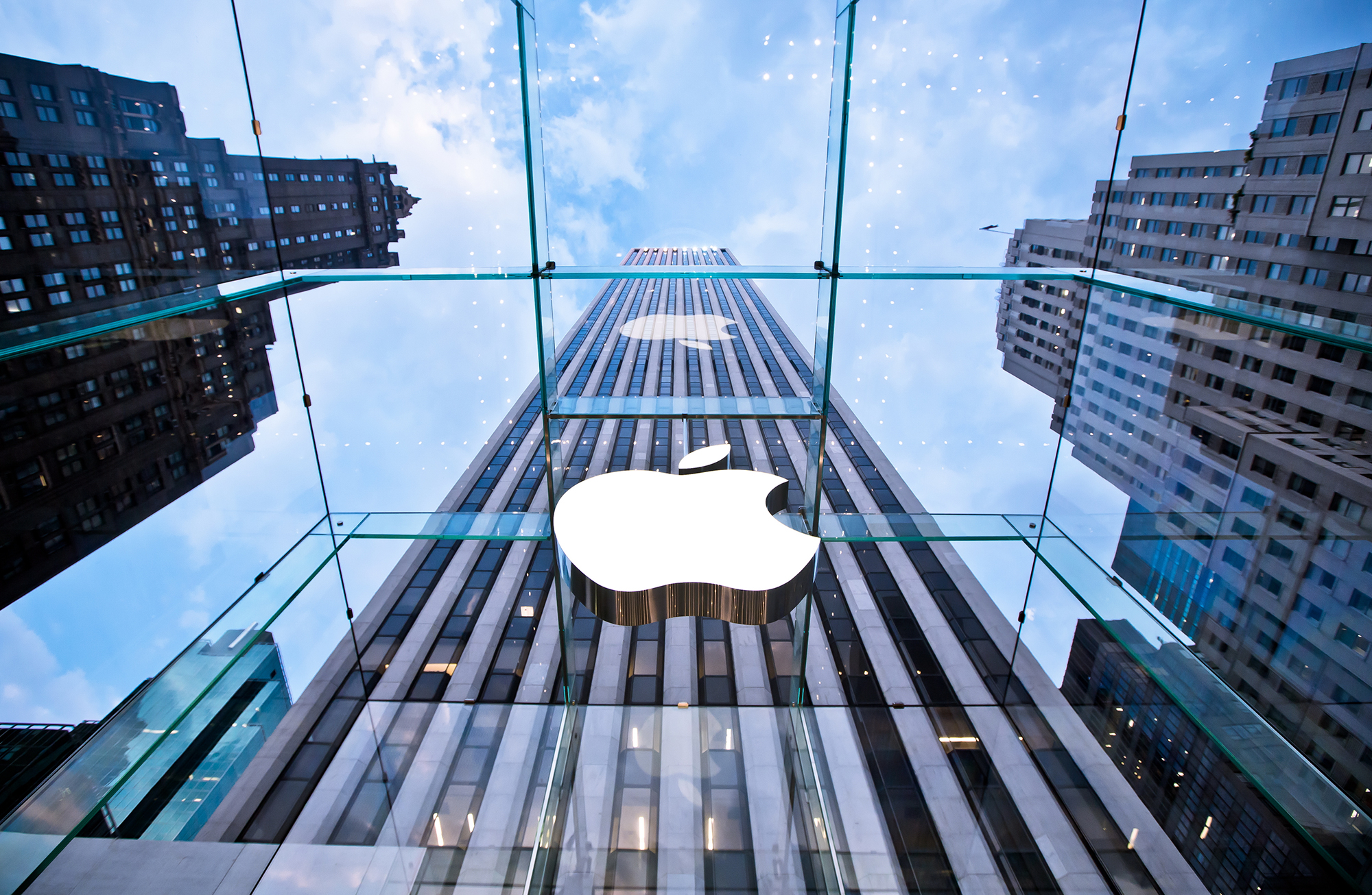Logo da Apple visto de dentro do cubo em NYC