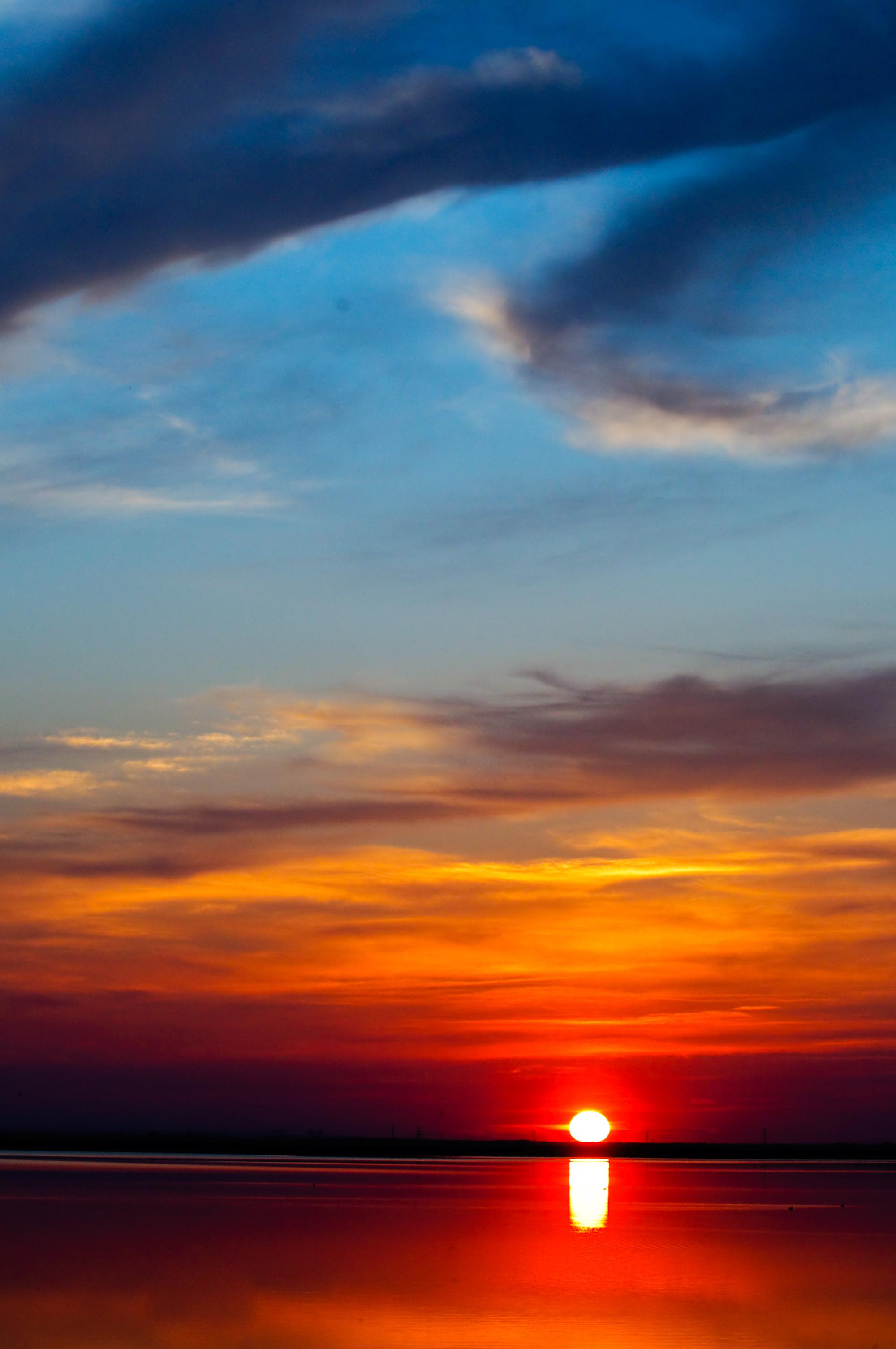 Oceano vermelho com céu azul