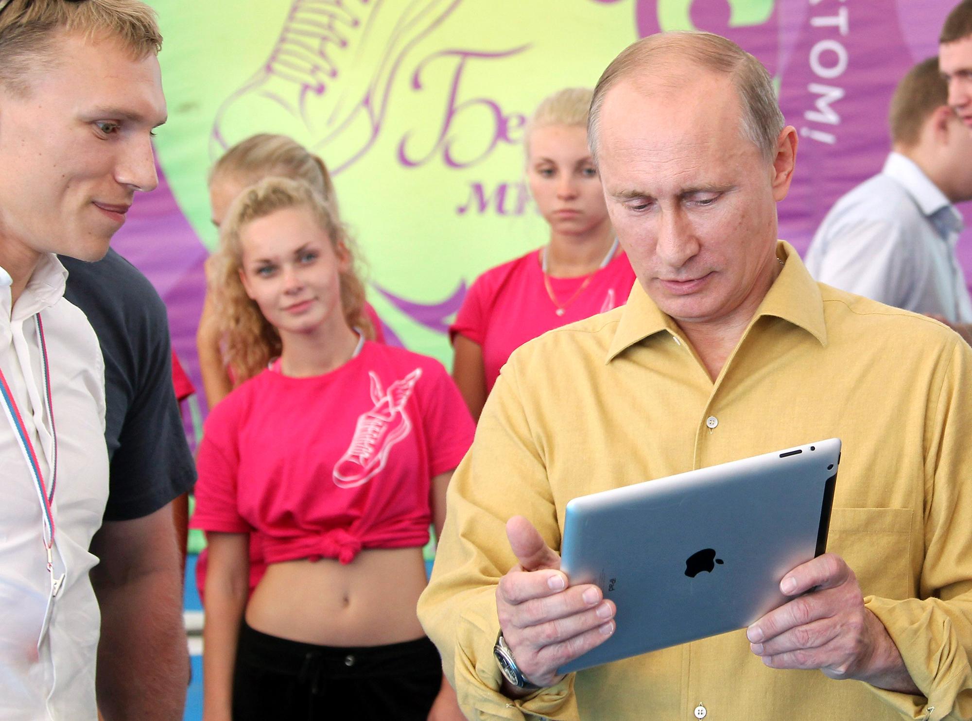Vladimir Putin usando um iPad
