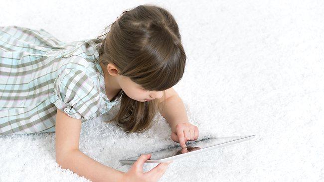 Menina brincando no iPad