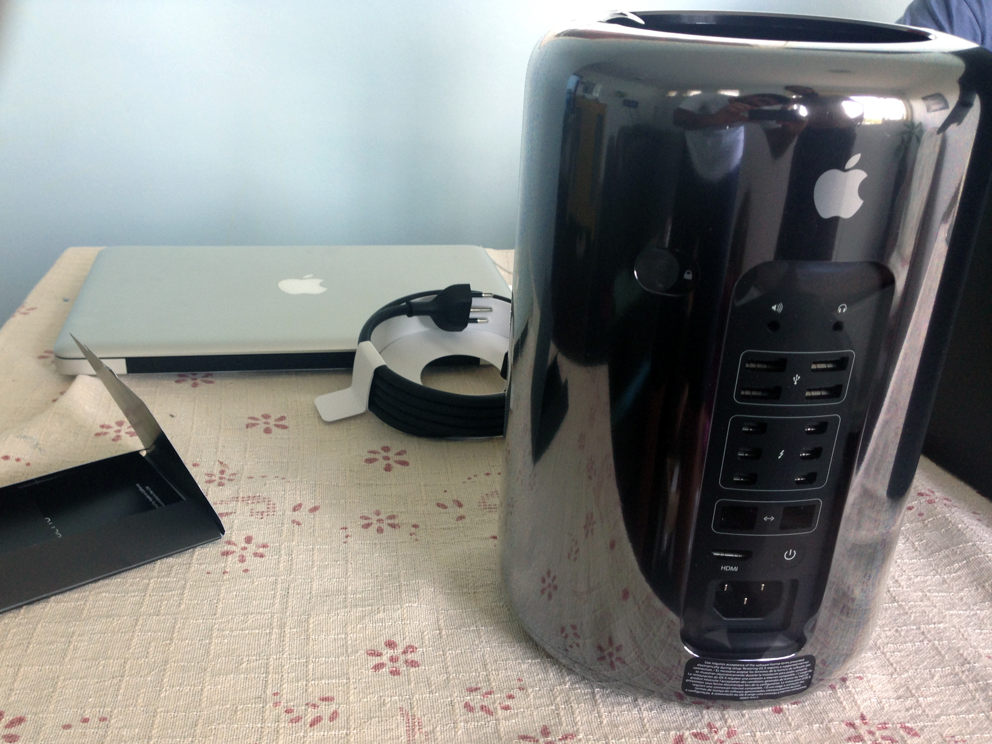 Novo Mac Pro em cima da mesa