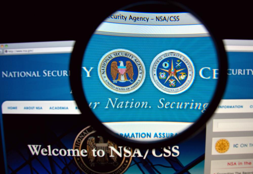 Site da NSA/CSS num monitor com uma lupa