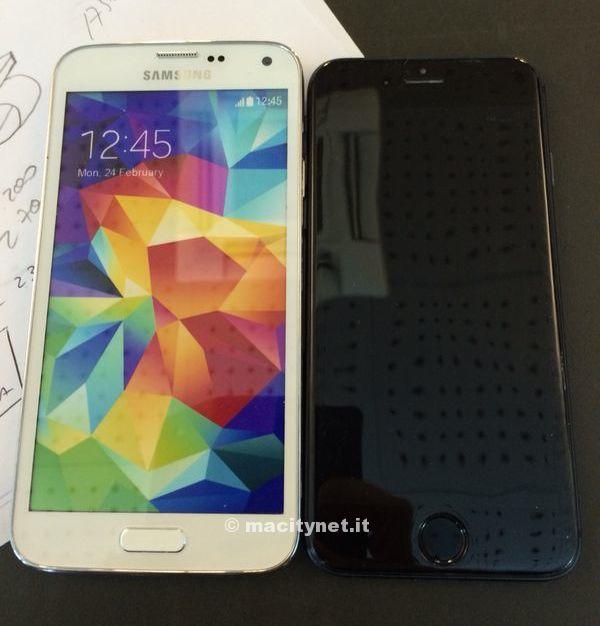 Dummy do iPhone 6 comparado com o Samsung Galaxy S5