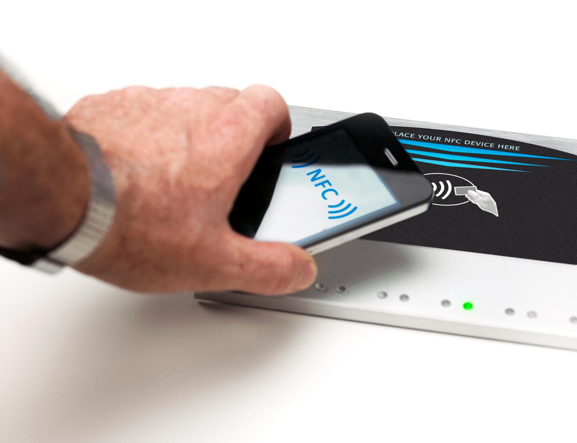 Foto de estúdio mostrando iPhone sendo usado com NFC