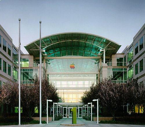 Sede da Apple com logo arco-íris
