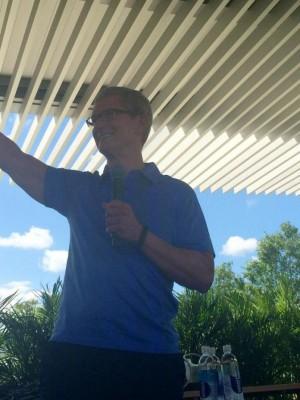Tim Cook visitando o novo campus da Apple, em Austin (Texas)