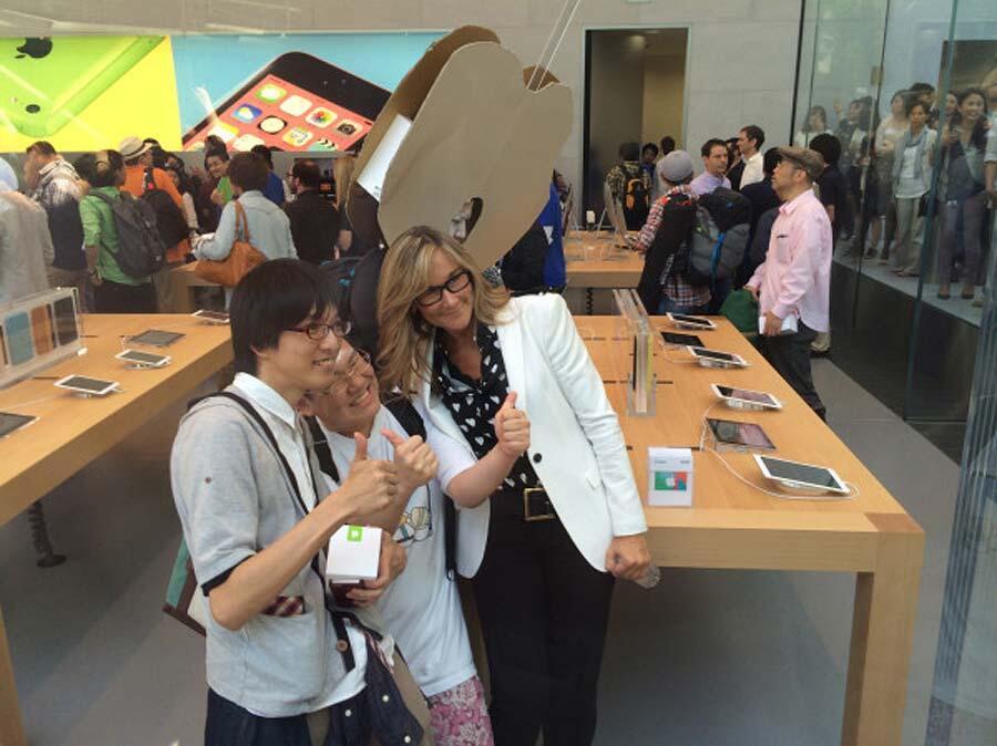 Angela Ahrendts em inauguração de Apple Retail Store
