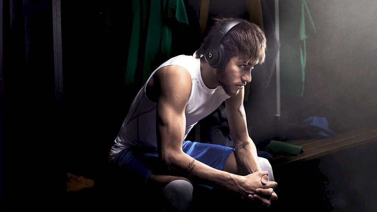 Neymar usando fones da Beats