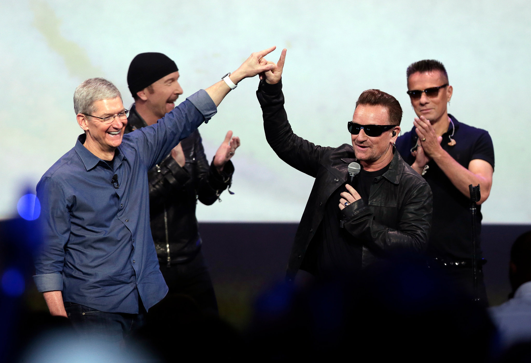 Tim Cook e Bono no evento especial da Apple