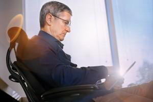 Tim Cook trabalhando num iPad