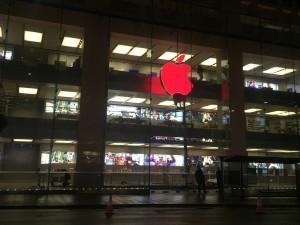 Logo da Apple vermelho na loja de Sydney
