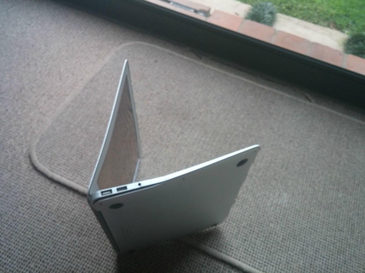 MacBook Air com que caiu de uma altura de 300 metros