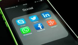 Ícones de apps sociais num iPhone