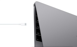 MacBook com cabo USB-C