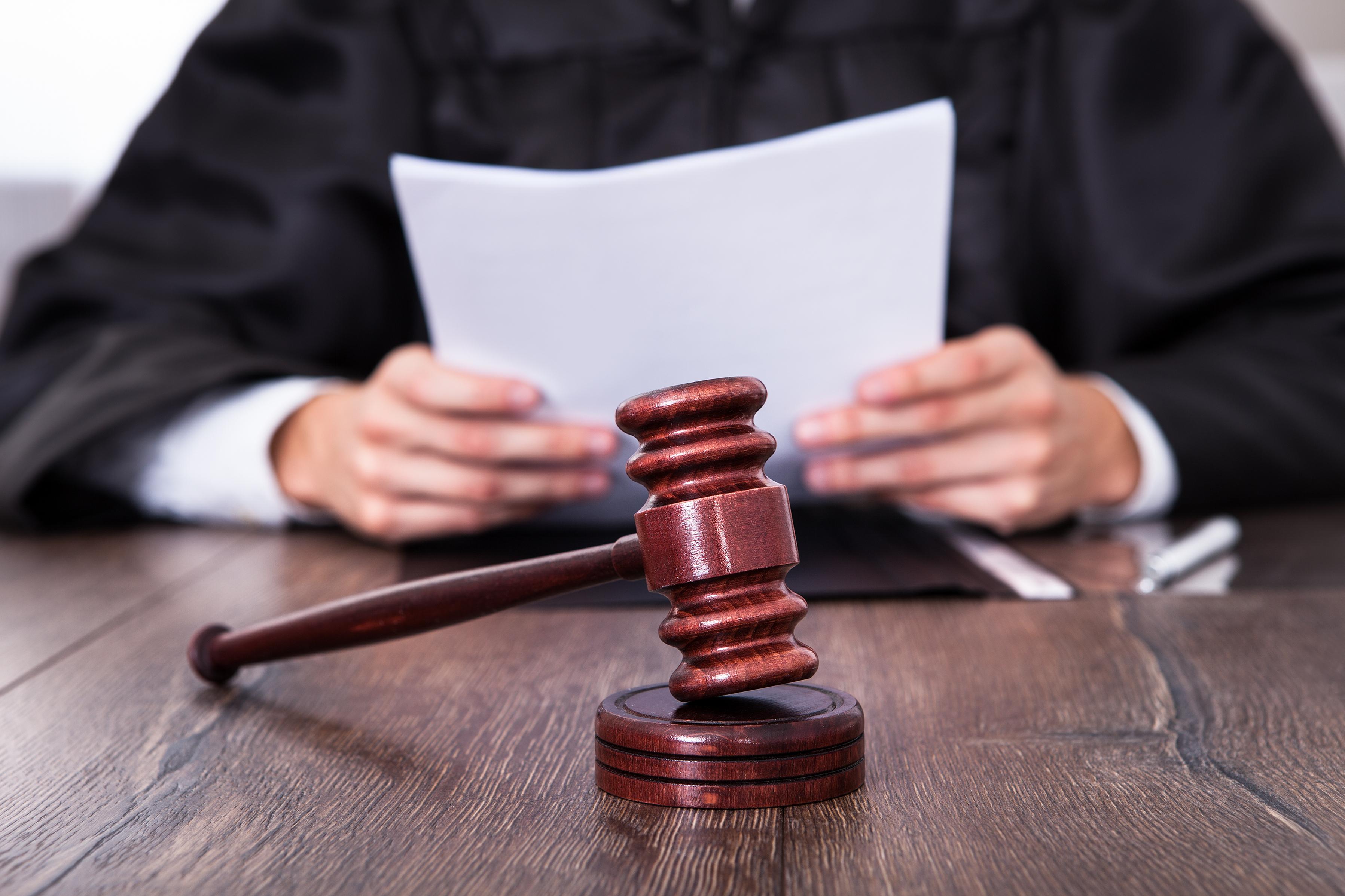 Juiz com martelo